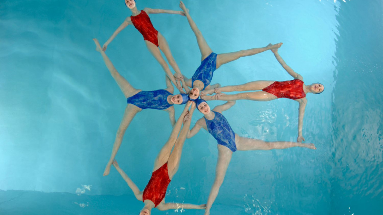 18517PLA GEN synchronized swimming LoRes